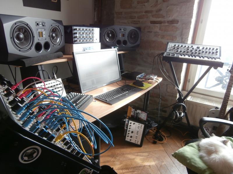 s_the-studio-with-lilou-sleeping-2
